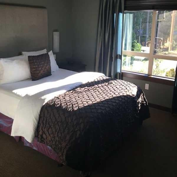 Lovely room and super comfy bed at the Sunrise Ridge Wafterfront Resort in Parksville